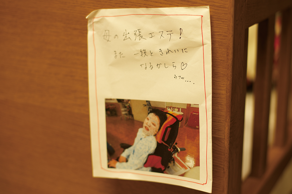 ベッド脇に貼ってある顔パック中の朝菜さんのお写真